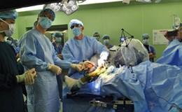 Hơn 1.000 người Việt được robot phẫu thuật cột sống