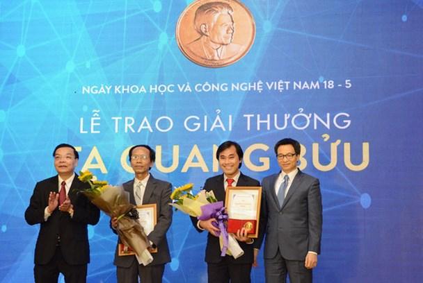 Trao Giải thưởng Tạ Quang Bửu năm 2017 cho hai nhà khoa học cơ bản. Ảnh: Dân Trí.