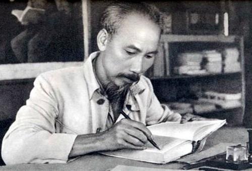 """Chủ tịch Hồ Chí Minh chỉ dạy cặn kẽ """"Nếu mỗi người tiết kiệm một chút, sản xuất một chút, góp lại sẽ thành một số rất to. Ảnh: Tư liệu."""