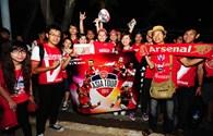 Cổ động viên Việt cuồng nhiệt đón Arsenal ở Nội Bài