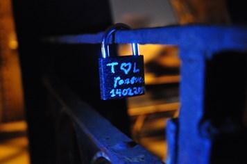 """""""Khóa tình yêu"""" lãng mạn trên cầu trong đêm Valentine"""
