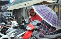 Phụ huynh dầm mưa đứng đợi con thi ngoài cổng trường