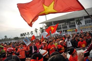 Video: Hàng nghìn người nhảy múa cổ động đội tuyển Việt Nam