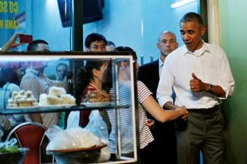 Ông Obama ăn 2 suất bún chả và mua thêm 4 suất mang về khách sạn
