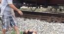 Bé gái bị tàu đâm tử vong khi băng qua đường sắt đi đón em