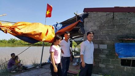 Vợ chồng anh Đặng Văn Như tại chòi canh tôm. Ảnh: CTV