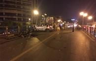 """NÓNG: Taxi """"điên"""" đâm liên hoàn trên cầu vượt Thái Hà, lái xe nhảy cầu tự tử"""