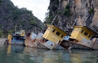 """Chín con tàu """"ma"""" nằm bên bờ di sản vịnh Hạ Long"""