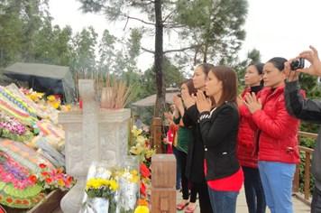 Hàng ngàn lượt người hành hương về khu mộ Võ Nguyên Giáp