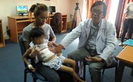 Bé gái 7 tuổi phải nhập viện vì hội chứng… nghiện ăn tóc