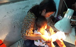 Nối lại cổ tay gần như đứt lìa cho em bé bị kẹp tại thang cuốn sân bay Tân Sơn Nhất
