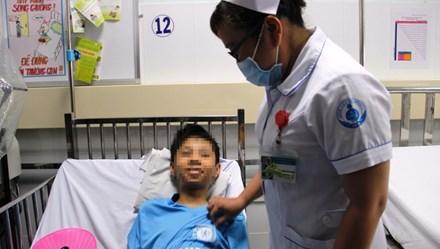 Mổ lấy cây kim bị gỉ sét trong tim cậu bé 13 tuổi