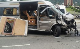 Hai xe ô tô đấu đầu, 8 người bị thương, 1 người tử vong