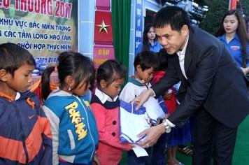 """Quỹ Tấm Lòng Vàng Lao Động: """"Xuân trao yêu thương"""" cho học sinh khó khăn"""