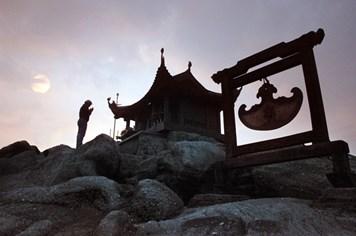 Nghĩ trên đỉnh non Yên Tử