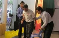Tặng quà 181 công nhân bị tai nạn lao động