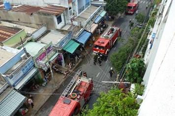 Cháy chung cư Vườn Lài, hàng trăm người hoảng loạn