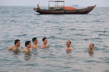 Nước biển tại các bãi tắm nằm trong giới hạn cho phép