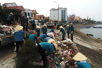 """TP.Đồng Hới đã xử lý rác ô nhiễm tại """"bờ kè"""""""