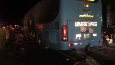 Quảng Bình: Xe khách bất ngờ bốc cháy trong đêm