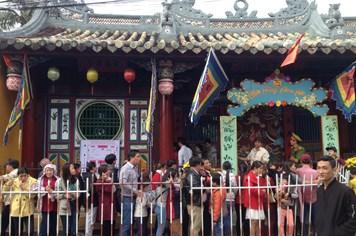 Quảng Nam: Xếp hàng từ sáng sớm đến chiều xin lộc tại chùa Ông