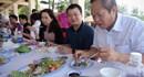 Bộ trưởng Bộ Thông tin và Truyền thông Trương Minh Tuấn ăn cá biển tại Quảng Bình