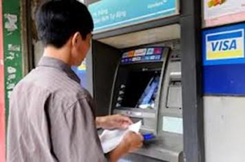 Các ngân hàng bắt đầu thu phí ATM nội mạng