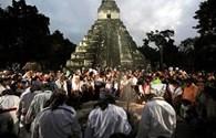 """Đền thờ Maya hỏng nặng vì du lịch dịp """" ngày tận thế"""""""