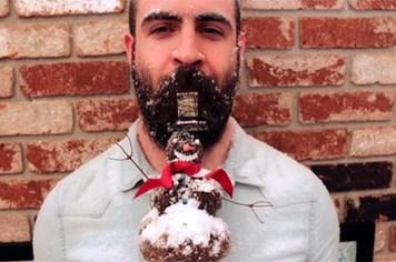 Cười lăn lộn với kỳ công trang điểm bộ râu đón Giáng sinh