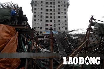 NÓNG: Sập dầm đường sắt trên cao, bốn người thoát chết