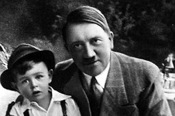 """Đứa trẻ """"chủng tộc thượng đẳng"""" tiết lộ sự thật đằng sau các bức ảnh chụp với Hitler"""
