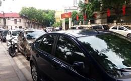 """""""Bãi"""" đỗ xe ôtô trái phép đối diện cổng UBND phường Điện Biên"""