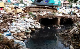 Hà Nội: Rác thải đổ bừa bãi gây ô nhiễm môi trường trên đường Văn Cao