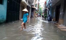Hà Nội: Gần 100 hộ dân phố Yên Hòa bị ngập trong nước, phải sơ tán đồ đạc