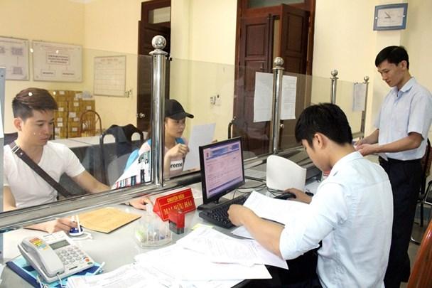 Chuyên viên Sở Tư pháp thực hiện thủ tục cấp phiếu lý lịch tư pháp cho công dân.