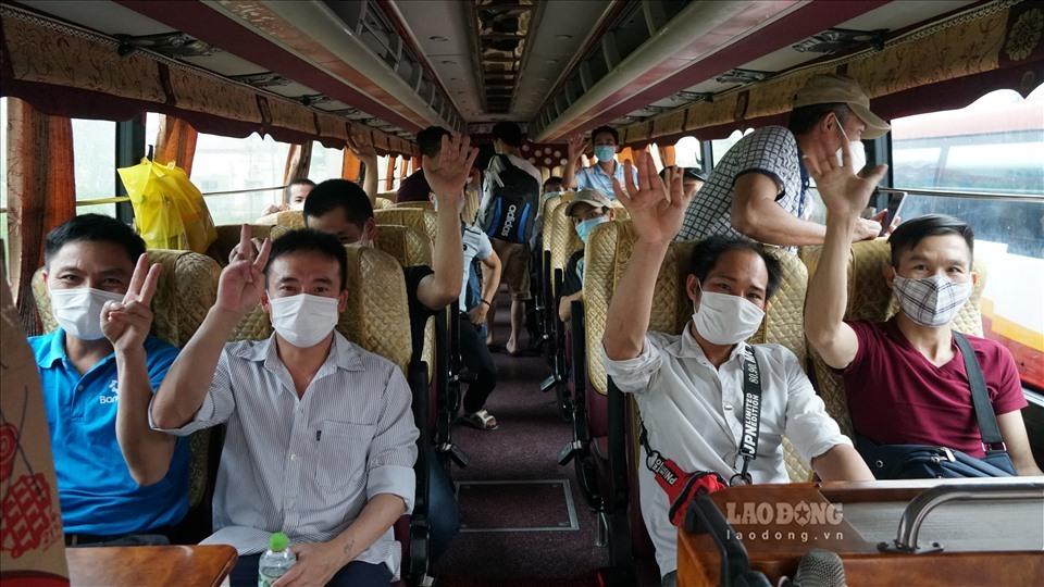 Người lao động về từ Guinea Xích Đạo kết thúc cách ly tại Bệnh viện Nhiệt đới Trung ương. Ảnh Giang Quang