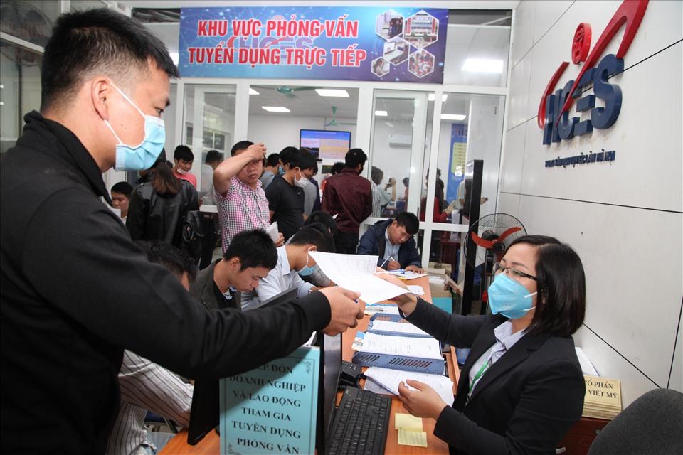 Nhiều lao động Việt Nam từng làm việc tại Hàn Quốc, Nhật Bản tìm kiếm việc làm. Ảnh Anh Thư