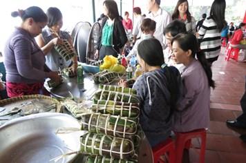 Công nhân xa quê thi gói bánh tét mừng Xuân Giáp Ngọ