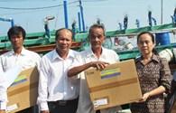 """Chương trình """"Tấm lưới nghĩa tình vì ngư dân Hoàng Sa, Trường Sa"""": Hỗ trợ 14 máy ICOM cho ngư dân đánh bắt xa bờ ở Phú Yên"""
