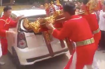 Rước kiệu phá ôtô đã thành lệ ở Hà Nội?