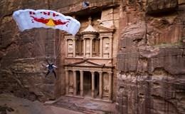 Ngoạn mục màn nhảy dù lượn xuống hẻm núi chật hẹp ở thành cổ Petra