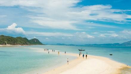 """Thăm thú 3 hòn đảo có đường đi bộ """"tàng hình"""" giữa biển khơi"""
