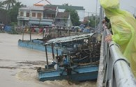 Khánh Hòa: Thuyền, sà lan mắc kẹt dưới cầu Thành