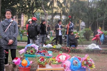 Valentine: Gác riêng tư, sinh viên tranh thủ kiếm tiền