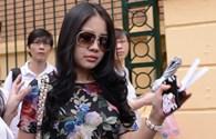 Vợ bầu Kiên đi xe hạng sang đến dự tòa