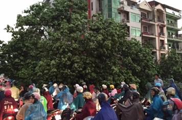 """Sau cơn bão, giao thông """"không lối thoát"""" trên phố Phạm Ngọc Thạch"""
