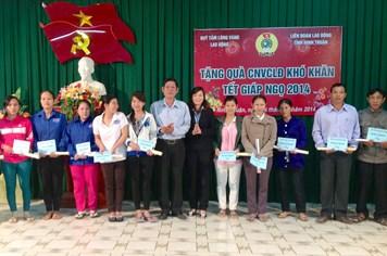 Hàng trăm suất quà trao cho CNLĐ nghèo nhân dịp Tết Nguyên đán Giáp Ngọ