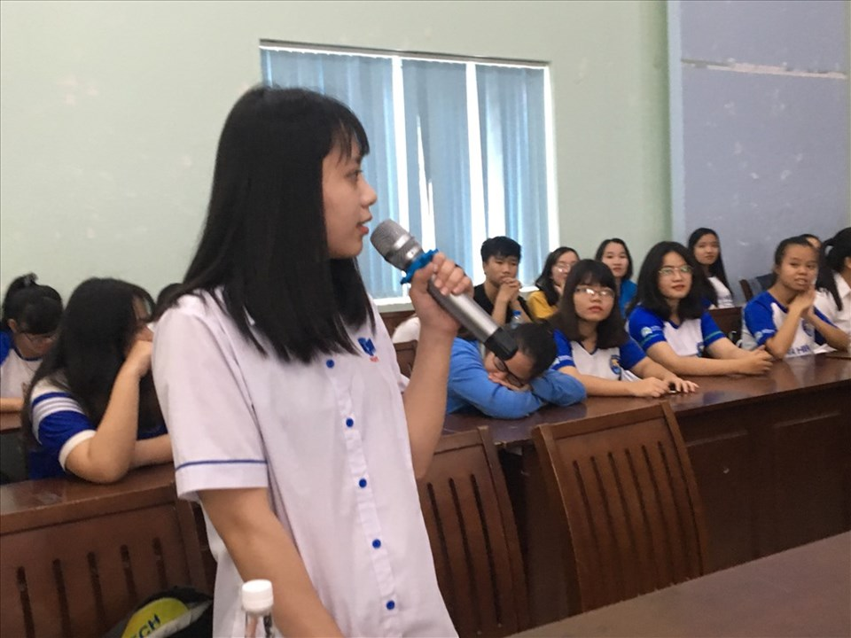 Nhiều sinh viên đặt câu hỏi tại hội thảo