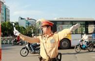 Cảnh sát giao thông phơi mình dưới nắng nóng 40 độ làm nhiệm vụ