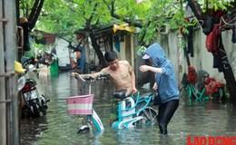 Mưa lớn, một khu dân cư ở Hà Nội bị cô lập trong biển nước